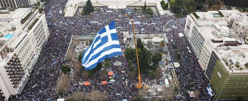 """Συλλαλητήριο Αθήνας – """"Η Μακεδονία είναι ελληνική"""" από χιλιάδες κόσμου!"""