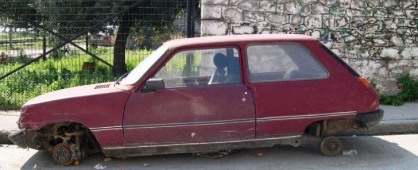 Απομακρύνονται τα εγκαταλελειμμένα οχήματα από την Τρίπολη