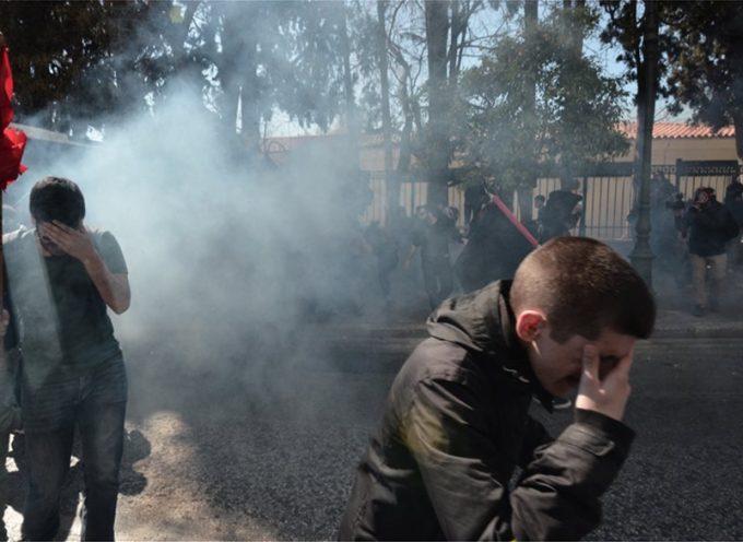Χαμός στο κέντρο της Αθήνας: Άνδρες των ΜΑΤ έριξαν χημικά σε δασκάλους, καθηγητές και φοιτητές έξω από το Μέγαρο Μαξίμου