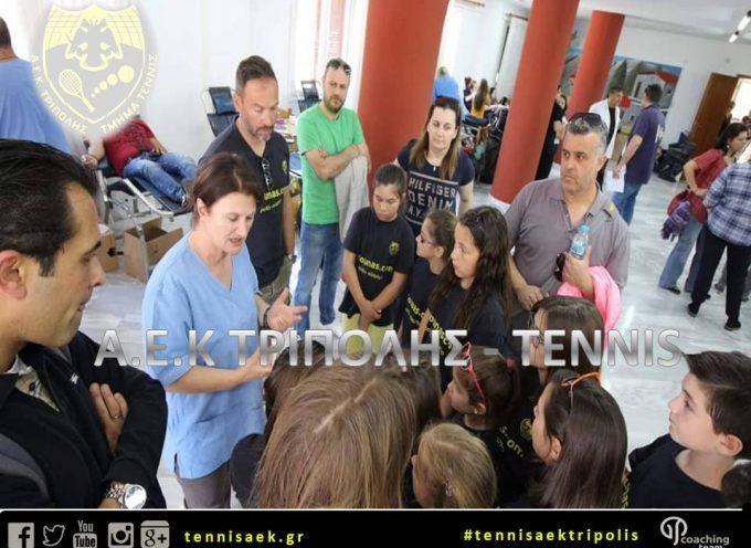 Ο όμιλος τένις της ΑΕΚ Τρίπολης δίπλα στο «Άξιον Εστί»