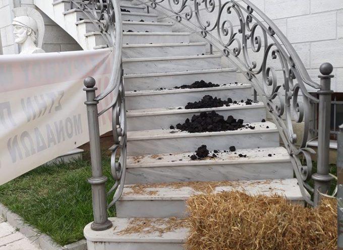 Μεγαλόπολη: Εργαζόμενοι της ΔΕΗ τα «έψαλλαν» στον Φάμελλο (ΣΥΡΙΖΑ) -Σανό και κάρβουνο στα σκαλιά του Δημαρχείου
