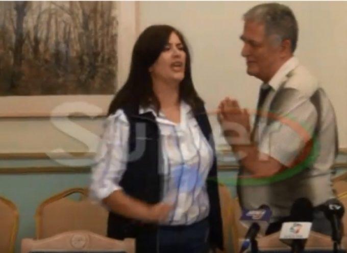 Εκτός ελέγχου η Ντίνα Νικολάκου – Ύβρεις και απειλές σε δημοσιογράφο (βίντεο)