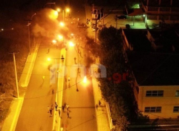 Τρίπολη | Ρομά έκλεισαν την οδό Σπάρτης με οδοφράγματα και φωτιές (drone video)